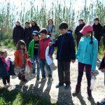 Niños jugando a ser flamencos en la actividad de Ambientalys