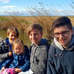 Niños en barca por la Albufera en la actividad de Ambientalys